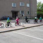 pyöräileviä lapsia kaupungissa